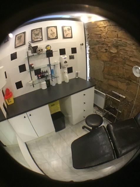 Une des salles de travail, sobres et conçues pour être facilement aseptisées entre chaque client
